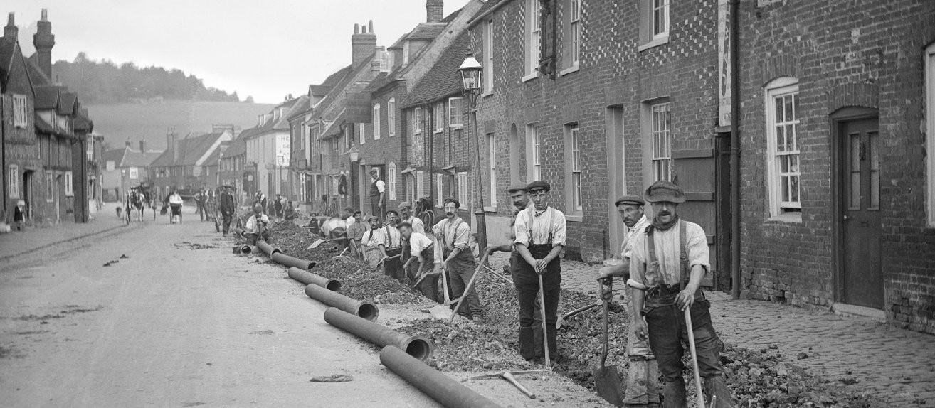 Laying a new gas main in Whielden Street, Amersham (1910).