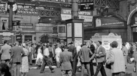 Concourse at Victoria (Central) on a Summer Saturday in 1955